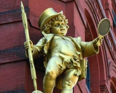puck statue